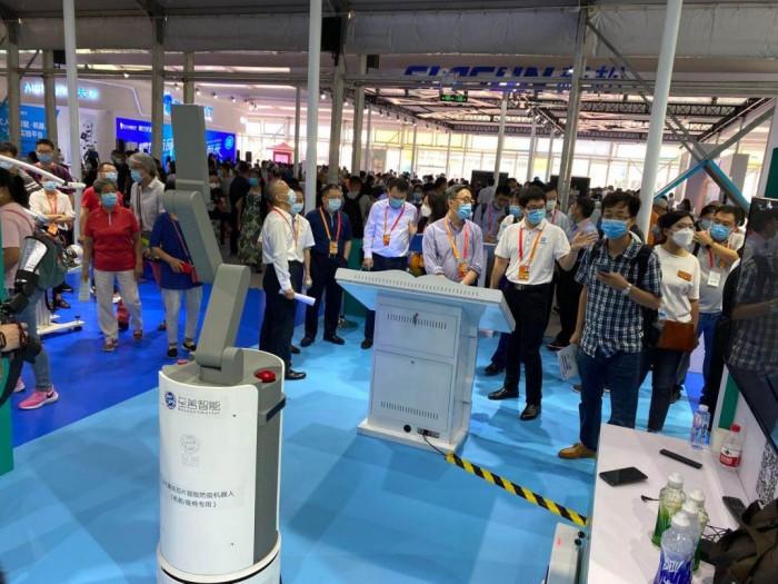 智慧消杀 领航发展 首款UVC芯片紫外消杀机器人亮相服贸会